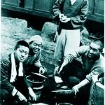 学生時代、炊事する文師(右側)
